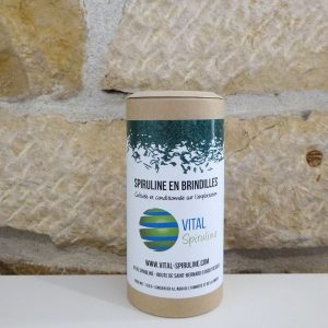 Spiruline en brindilles, boite de 100g en carton et couvercle compostable. Cultivée par Vital spiruline dans l'Ain. Herboristerie des mille feuilles